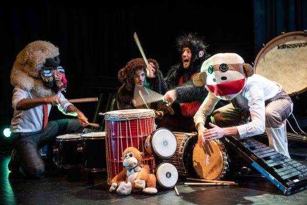 Recensie van Sticks (4+) in de Theaterkrant: verrukkelijk kinderconcert van hoog theatraal niveau