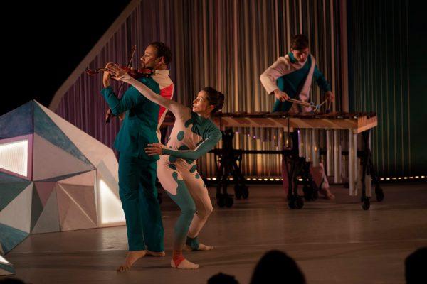 Recensie van Kriebel (2+) in de Theaterkrant: Kandinsky en Mondriaan in klankopera voor peuters